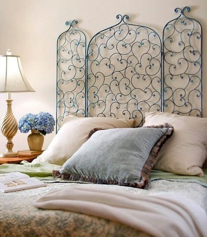 tete de lit a faire soi meme en grille cheminée bleue élégante, linge de lit blanc et bleu, idée de chambre a coucher style oriental