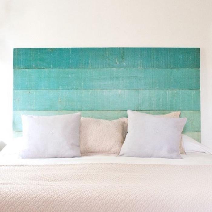 tete de lit en palette, effet ombré bleu vert, linge de lit blanc et beige, deco borde de mer diy dans une chambre a coucher adulte