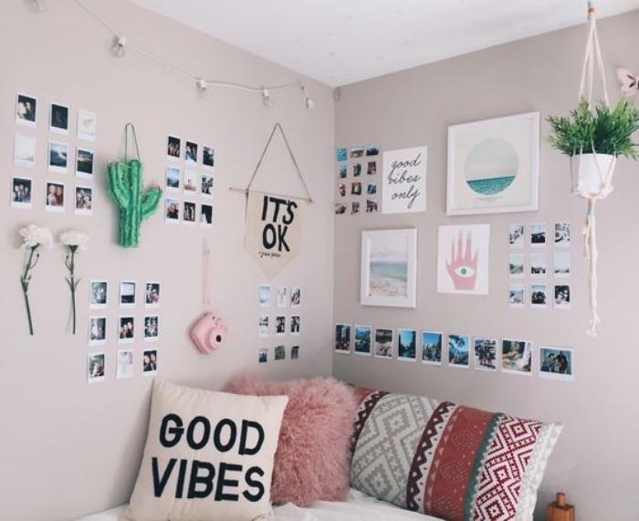 faire une tete de lit en decoration de photos et accessoires deco, mur couleur grise, coussins motif azteque multicolores, plante suspendu, chambre cocooning