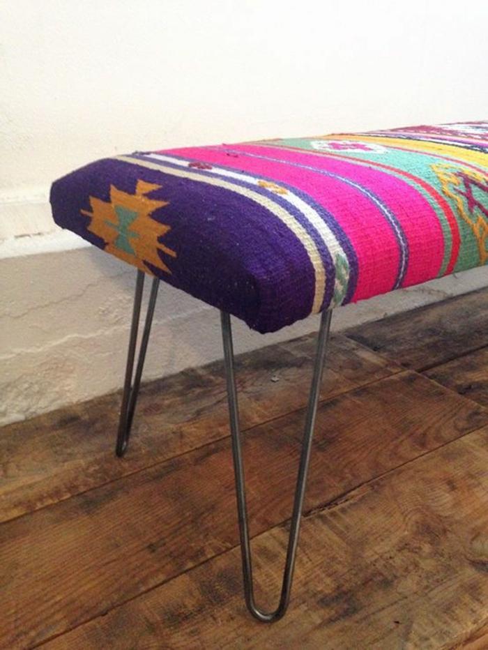tissu ethnique, banquette colorée aux imprimés aztèques, couleurs radiantes