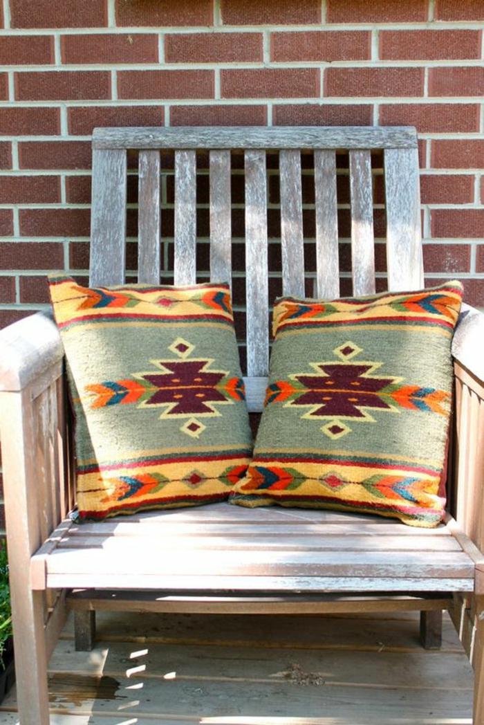 tissu ethnique, deux coussins aux motifs ethniques, meuble d'extérieur