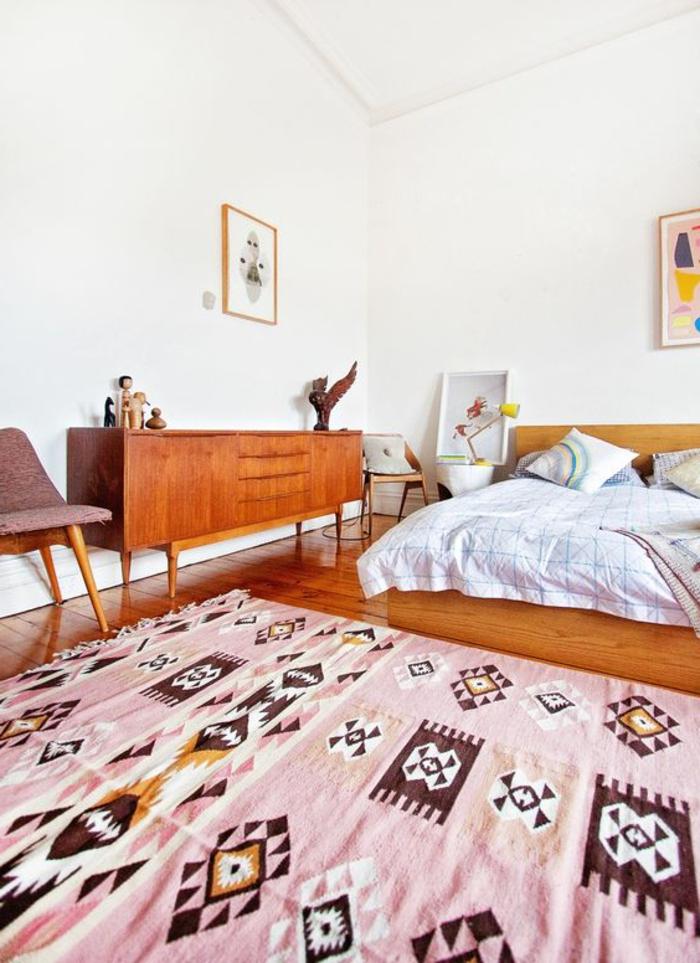 tissu ethnique, tapis rose, symboles aztèques, commode vintage en bois,