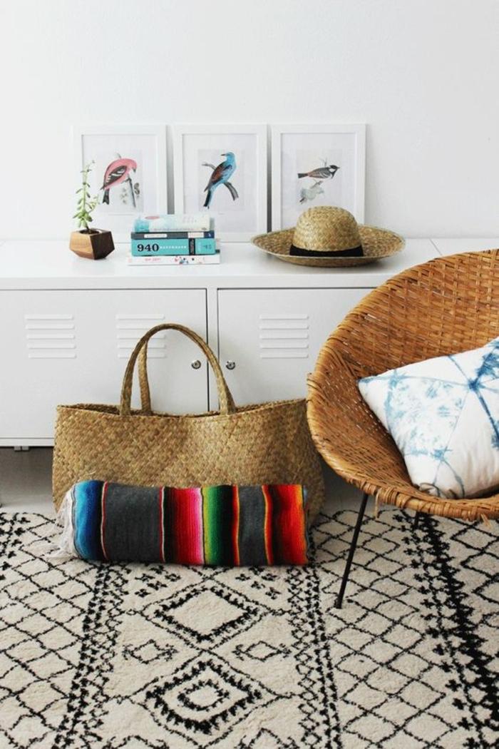 tapis en tissu ethnique, figures géométriques, chapeau de paille, chaise papasan