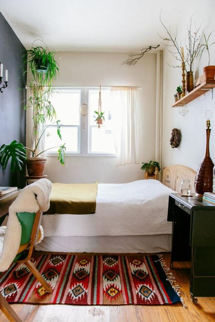 tissu ethnique, deux petits bureaux dans la chambre à coucher, décoration murale en bois et plantes vertes