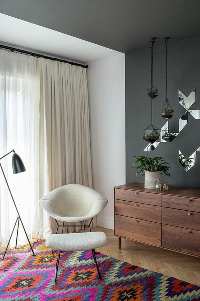 tissu ethnique, tapis multicolore, chaise blanche, commode en bois vintage