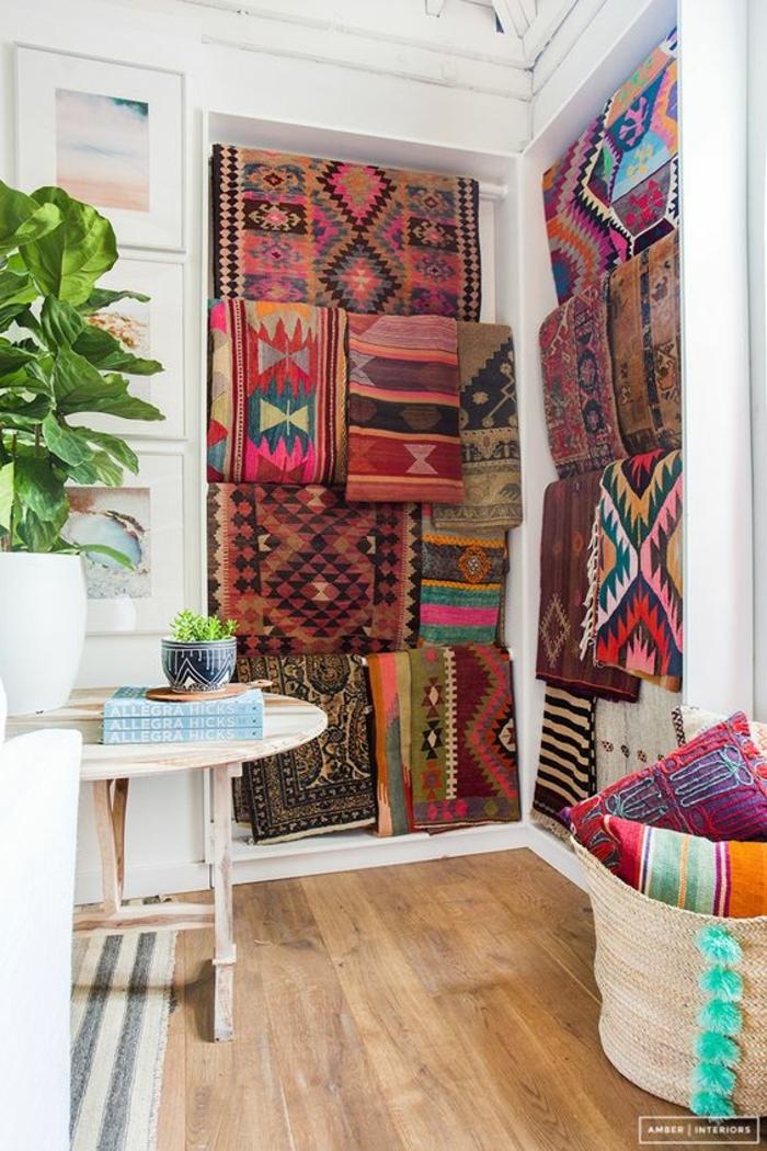 tissus ethniques, tapis multicolores à prints ethniques, panier en paille avec coussins