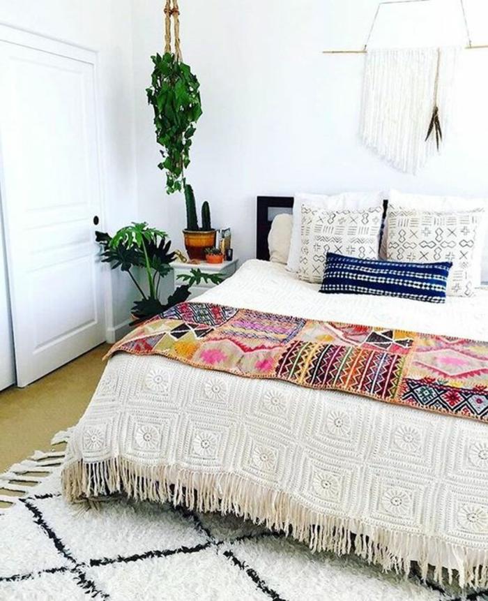 tissus ethniques, équipement style boho chic, plante verte suspendue, coussins décoratifs et plaid