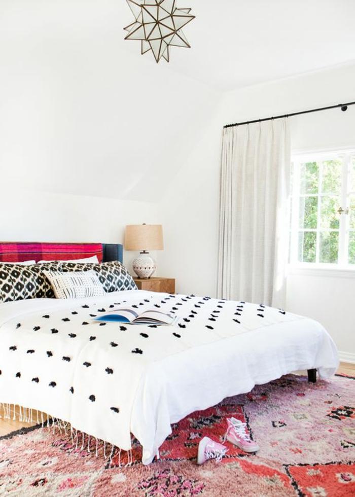 tissus ethniques, tapis lilas et rouge, plafonnier géométrique, lampe de chevet beige