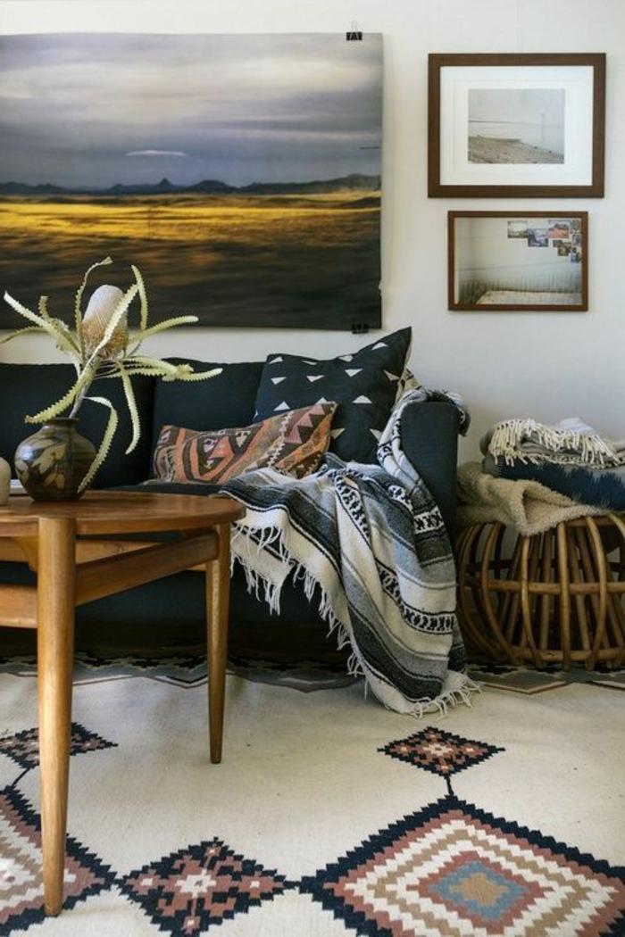 tissus ethniques, tapis en formes géométriques, table en bois, plaid ethnique