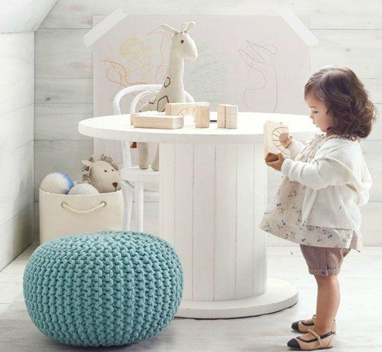 touret bois table basse, pouf bleu, chambre enfant petite fille, jouets, idée deco espace de jeux sous pente