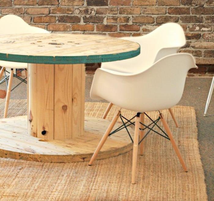 que faire avec un touret, idee deco exterieur, table de jardin en bois clair, chaises scandinaves