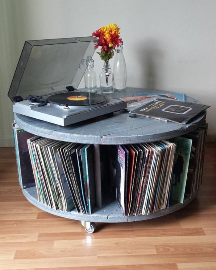 table en touret à roulettes, repeinte en gris, gramophone et rangement pour vinyles, bouquet de fleurs, parquet clair