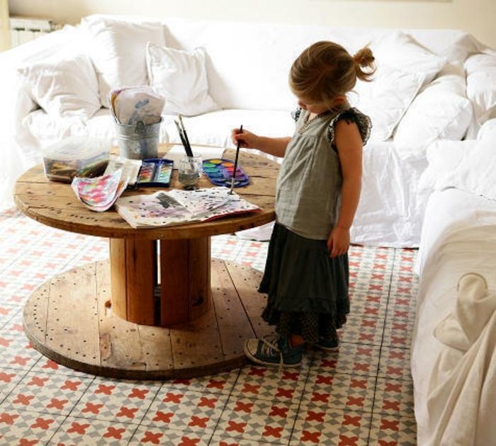 touret bois deco, table basse, espace de jeux, peinture, dessin enfant, salon en blanc artiistique, sol en mosaique