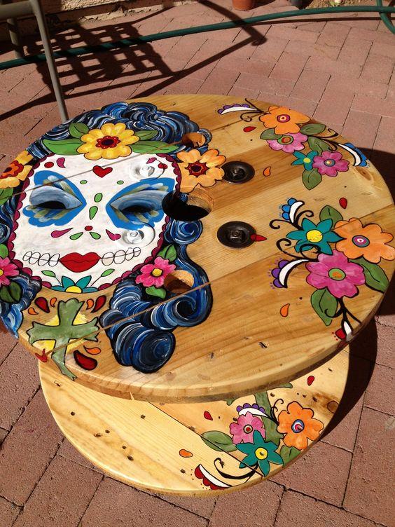 touret deco table basse, decoration peinture fleurs et squelette mexicain femme, amenagement jardin coloré