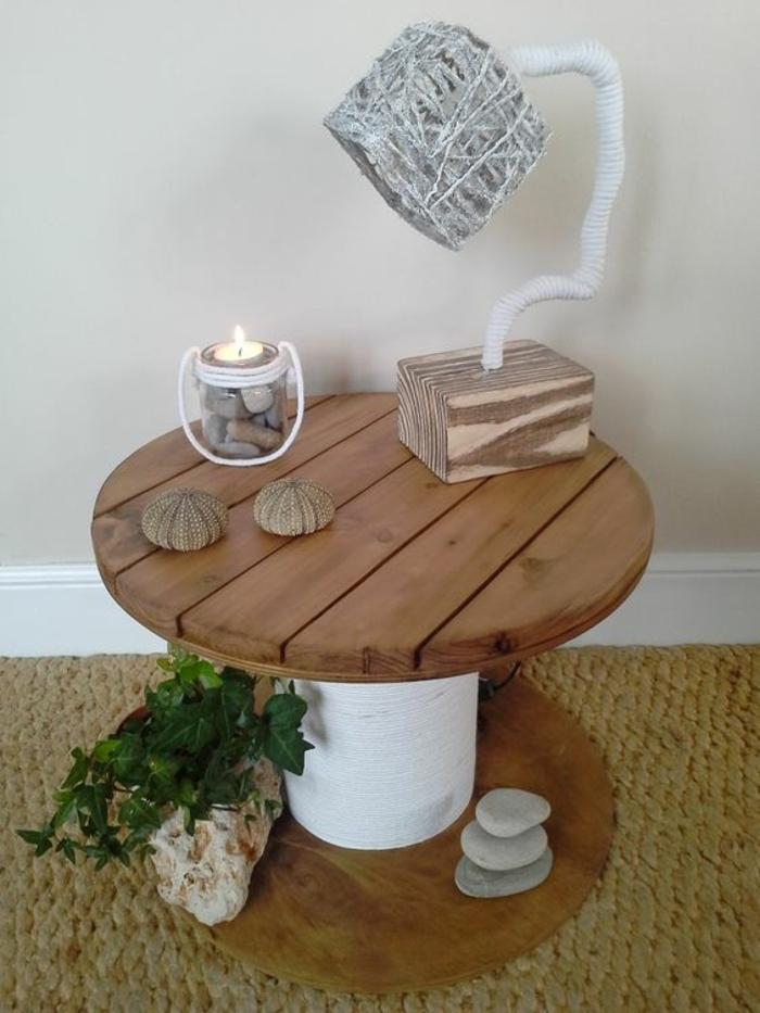 touret table basse, deco galets, lampe design, bougeoir, plante verte, de la ficelle blanche enroulée autour