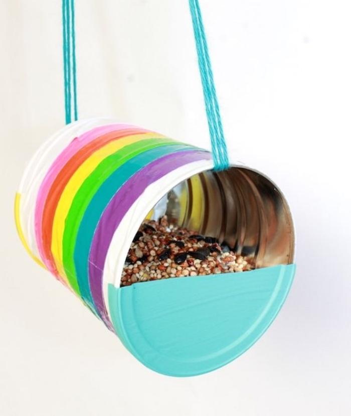 fabriquer un mangeoire oiseau dans une boite de conserve décorée, rayures multicolores, deco exteireur, nourriture oiseaux, bricolage facile
