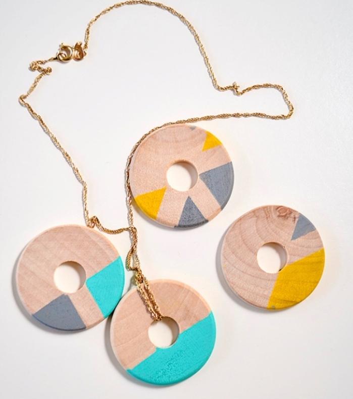 idée comment fabriquer un collier en cercle de bois, decoration motifs colorés, bijou diy, activité créative adulte