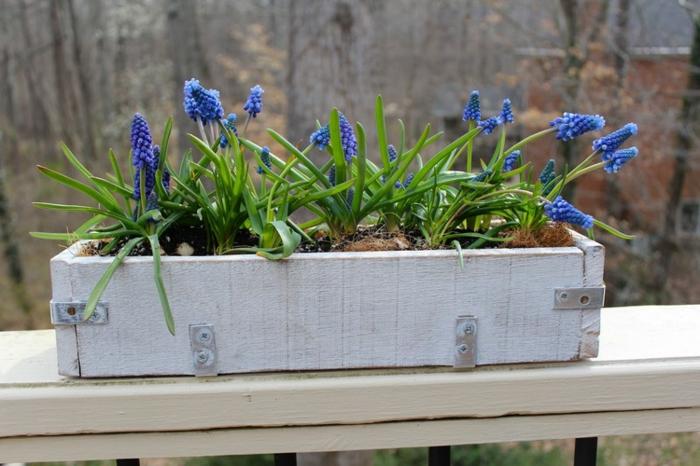idée comment faire un bac a fleur en palette soi meme, planches en bois repeints en blanc cassé et fleurs plantées dedans