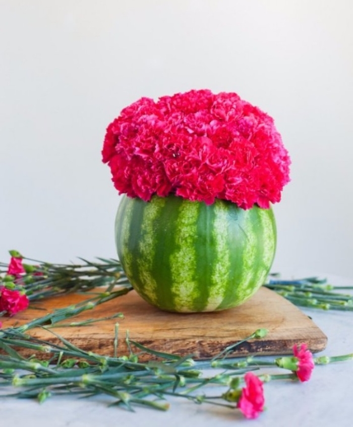 activite manuelle, centre de table floral, pastèque évidé, remplie de bouquet de fleurs, deco été