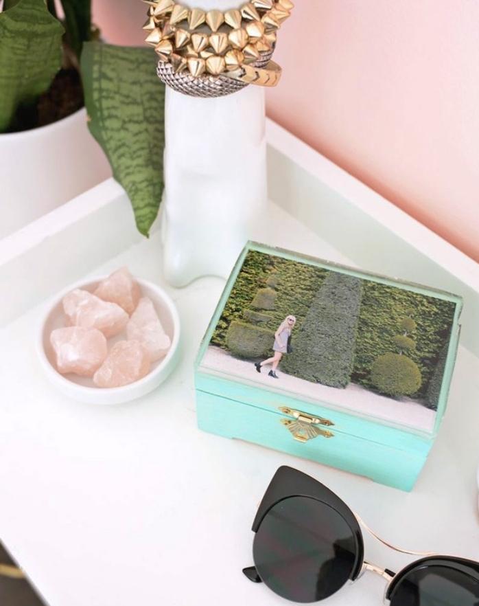 projet de bricolage facile, une boite a bijoux personnalisé, photo vacances imprimée et collée, technique decoupage, amenagement chambe femme