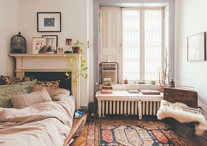tete de lit a faire soi meme, une cheminée transformée en tete de lit, linge de lit multicolore, tapis oriental, decoration vintage