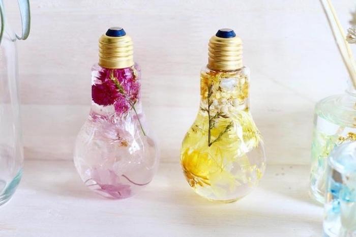 idée deco intérieur, ampoules électriques aromatiques, remplies d eau et fleurs, decoration florale, bricolage facile été