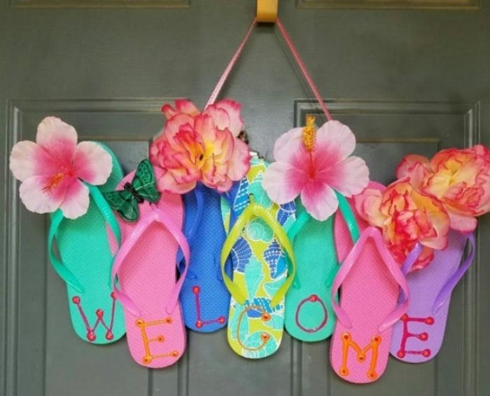 decoration porte d entrée, astuce deco, couronne de tongs multicolores et fleurs, decoration été, bord de mer