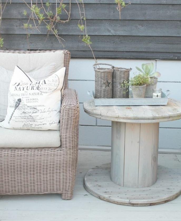 amenagement jardin recup, table en touret bois brut, bougeoir, pots de fleur, canapé en rootin, lambris exterieur