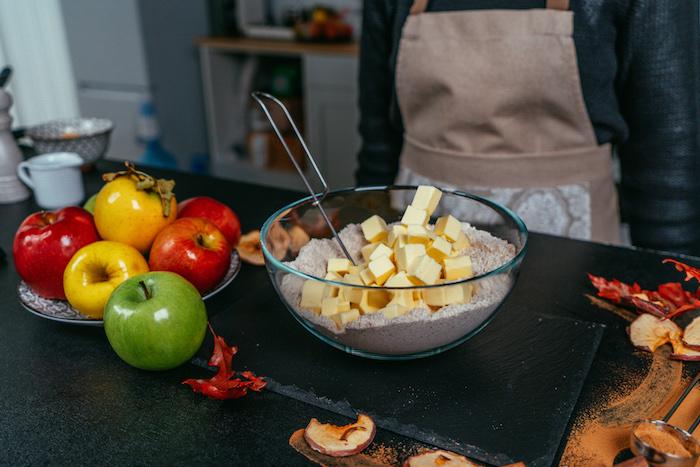 ajouter du beurre coupé en cubes à la farine pour faire une pate a tarte facilement