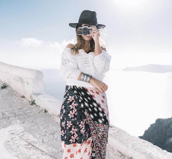 look bohème, bracelet ethnique, chemise blanche, appareil photo vintage, femme mer