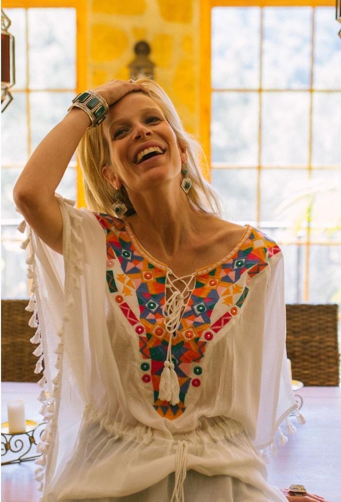 look bohème, rouge à lèvre nude, coloration blonde, chemise blanche avec pompons