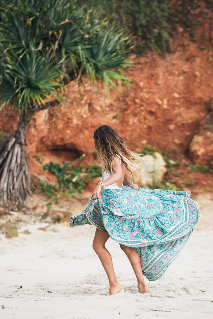 robe bohème chic, femme sur la plage, coloration californien, bracelet blanc, jupe turquoise, look bohème