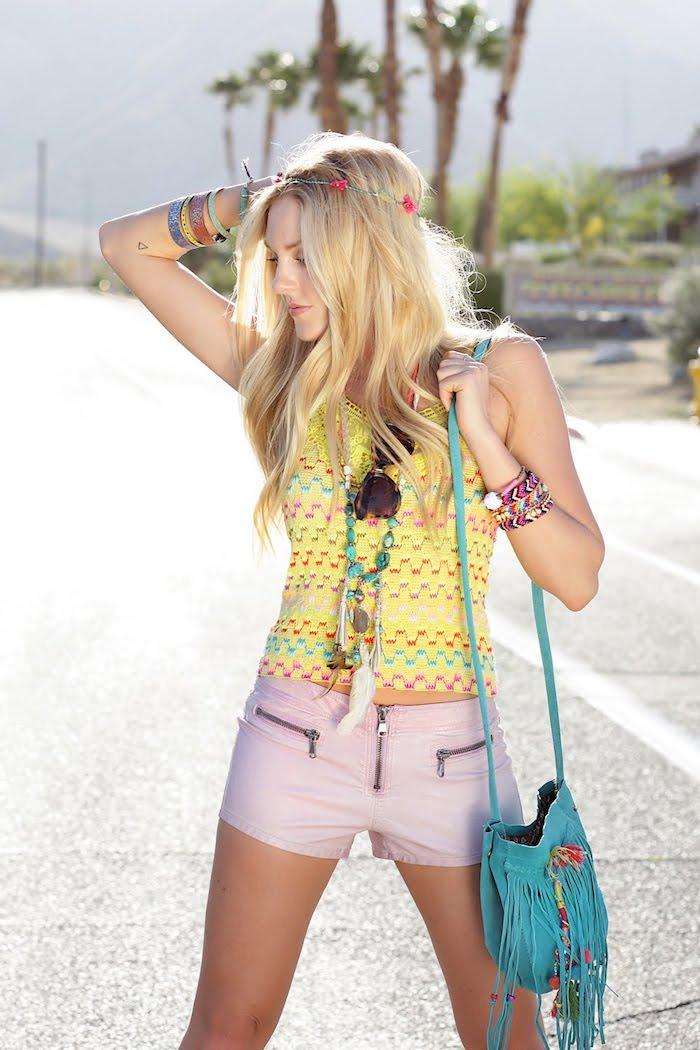 style bohème, accessoire de tête avec fleurs, coloration blonde, collier pendentif, shorts rose femme