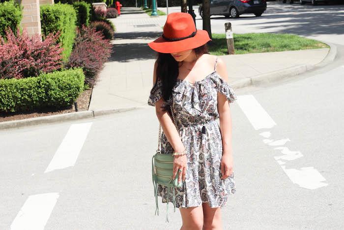 boheme chic, sac à main vert, chapeau rouge, robe avec manches courtes, bracelet blanc