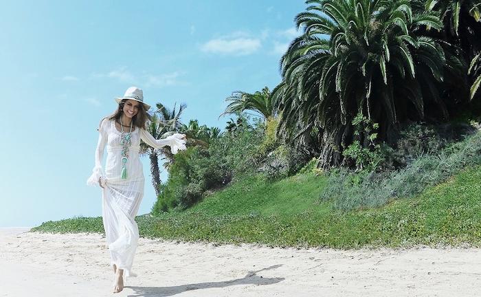 style bohème, femme sur la plage, collier pendentif, robe longue avec manches, cheveux longs