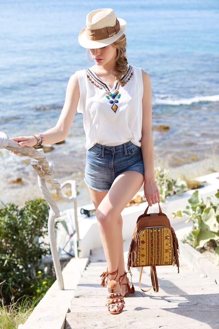 look bohème, femme au bord de la mer, capeline blanche avec ruban marron, cheveux tresse, rouge à lèvres