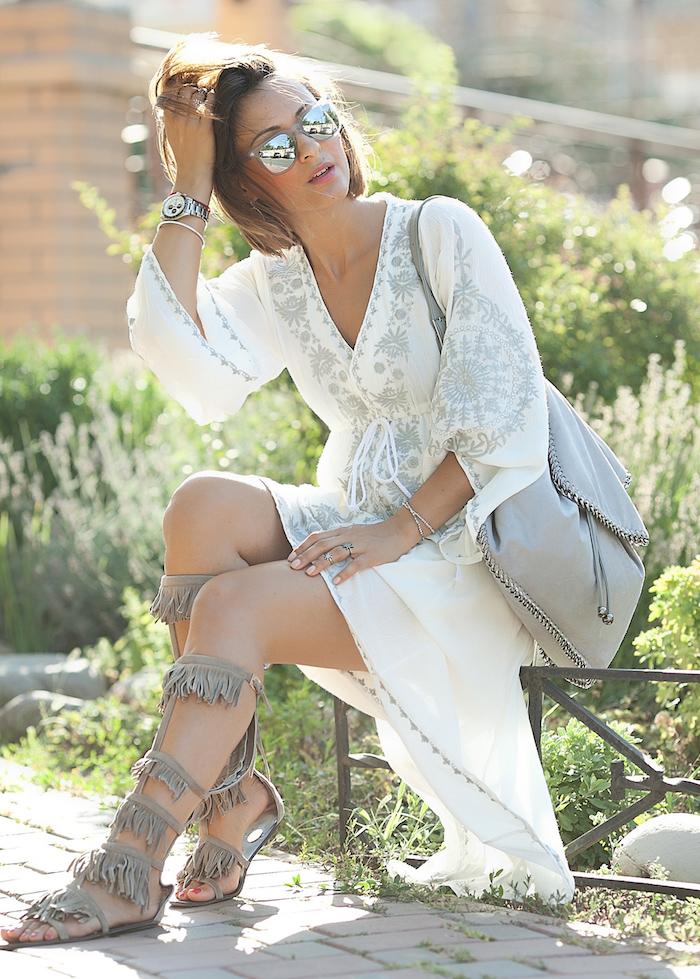 look bohème, pédicure rouge, bagues ethniques, coupe de cheveux femme, sac à main gris