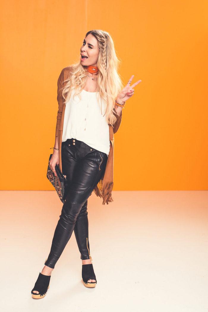 style bohème, sandales compensée, coiffure avec tresse, bracelet orange, pantalon en cuir femme
