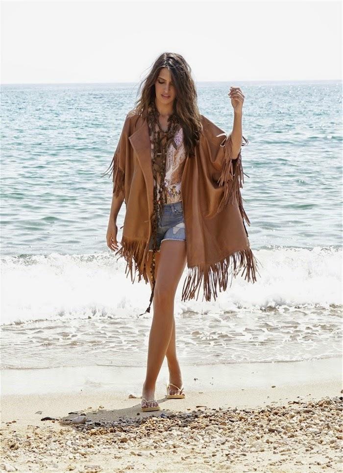 style bohème, femme sur la plage, cheveux marron, collier ethnique, look bohème