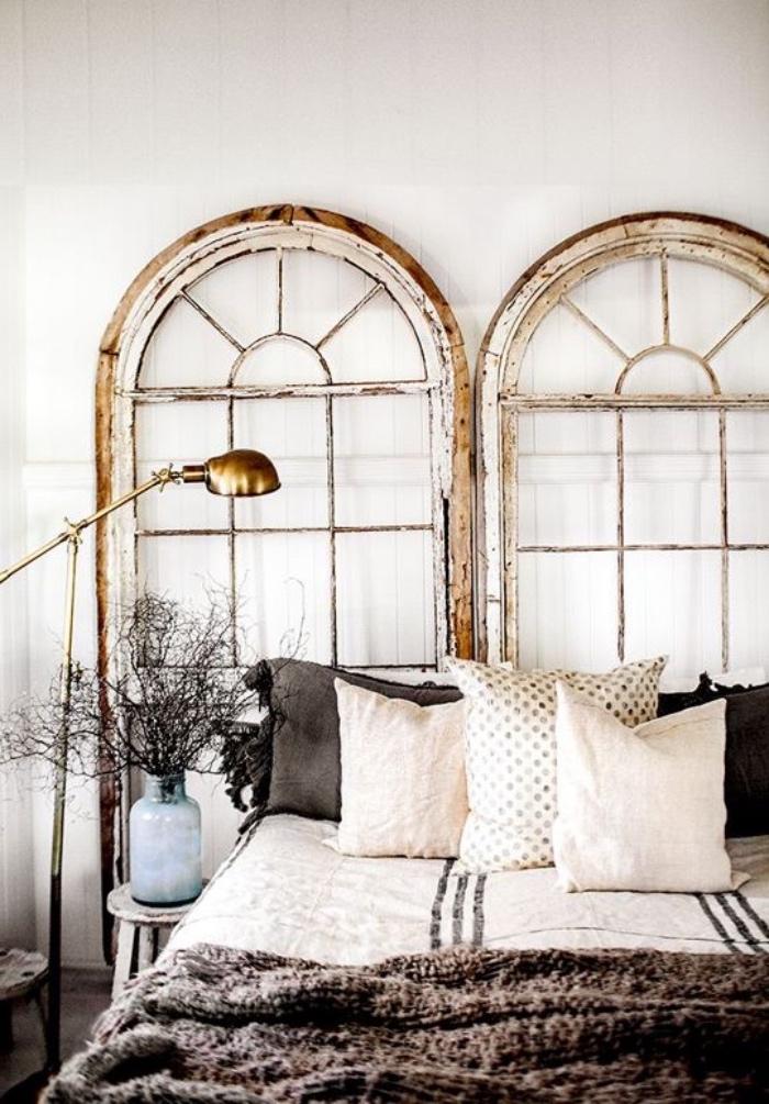 vieux cadres fenêtre, baies vitrées, linge de lit blanc et gris, idée déco chambre vintage campagne chic