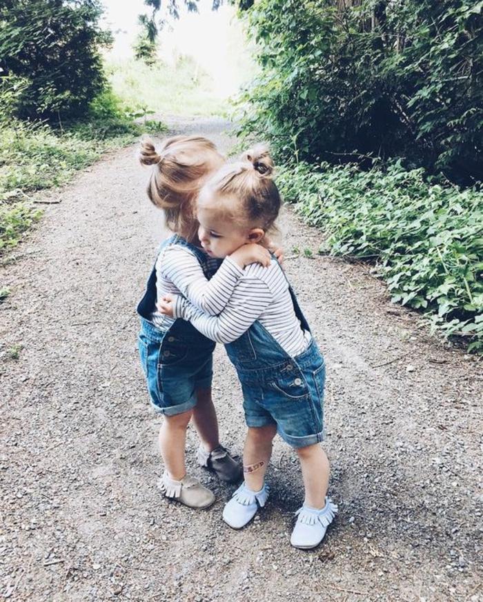 Deux amies salopette short enfant photo trop mignonne