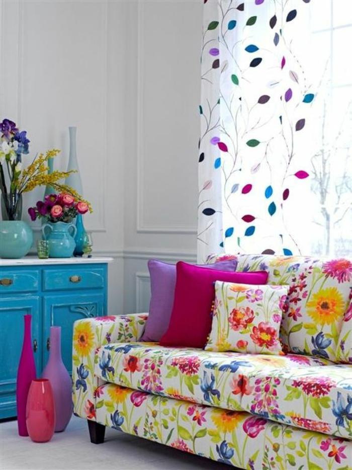 fuchsia couleur canape fleuri et rideaux blancs semi transparents en feuilles colorees meuble en bleu turquoise