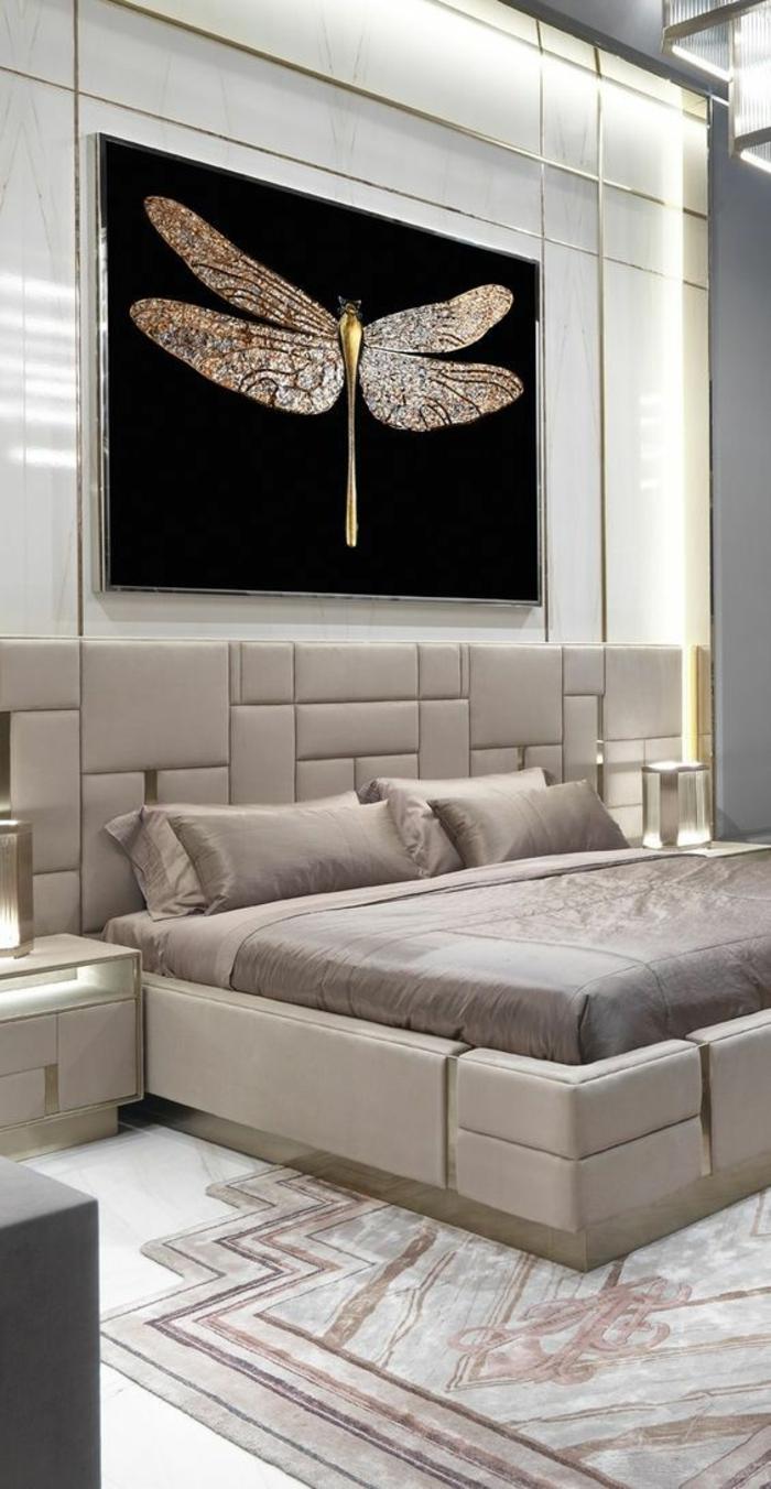 deco chambre adulte en couleur blanc crème décoration insecte au dessus du lit tapisserie crème
