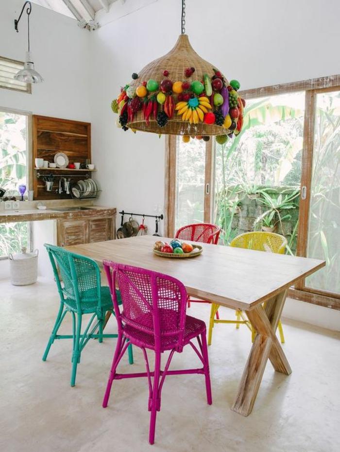 fuchsia couleur magenta rose style boho chic avec lampadaire tresse decore avec des fruits tropicaux