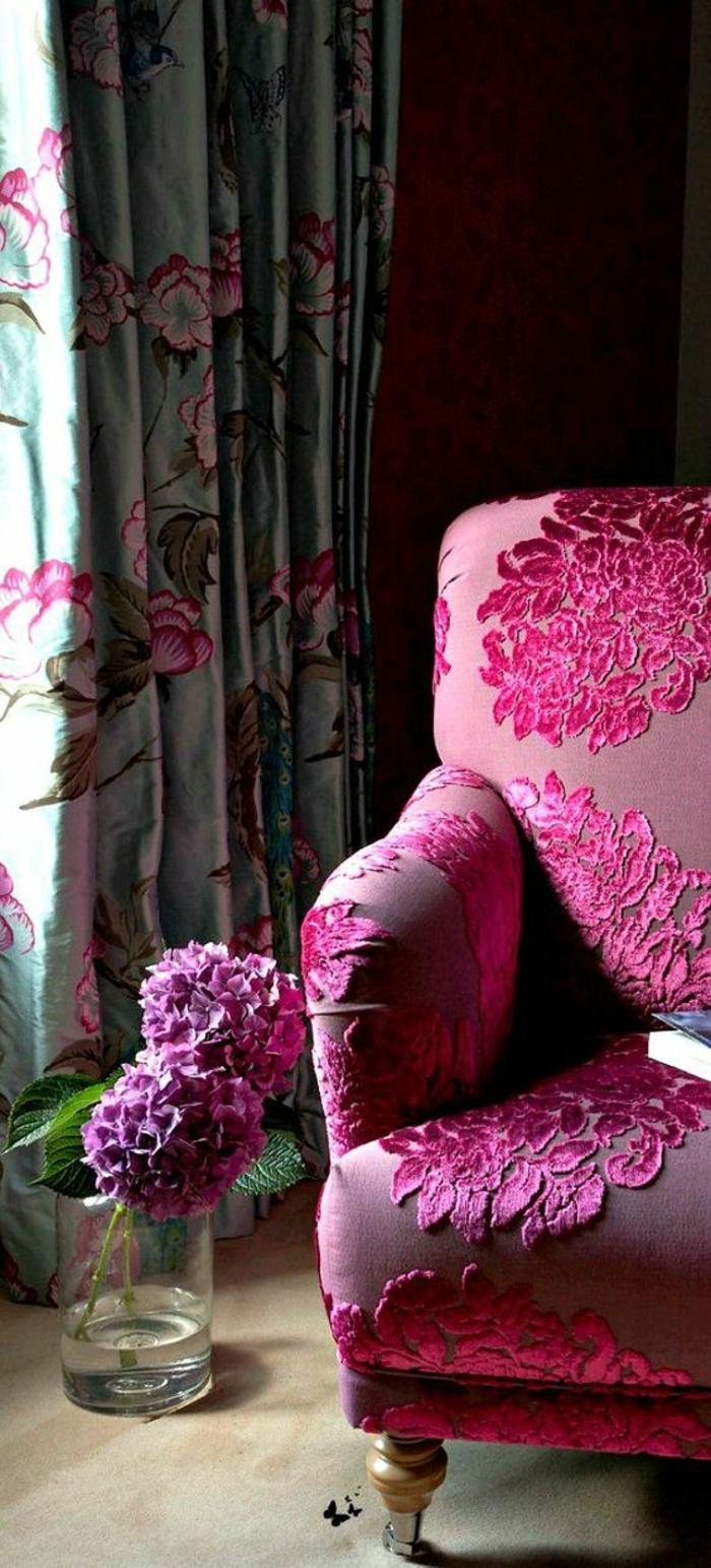 magenta dans un salon surles rideaux et sur un fauteuil orne de fleurs satinees