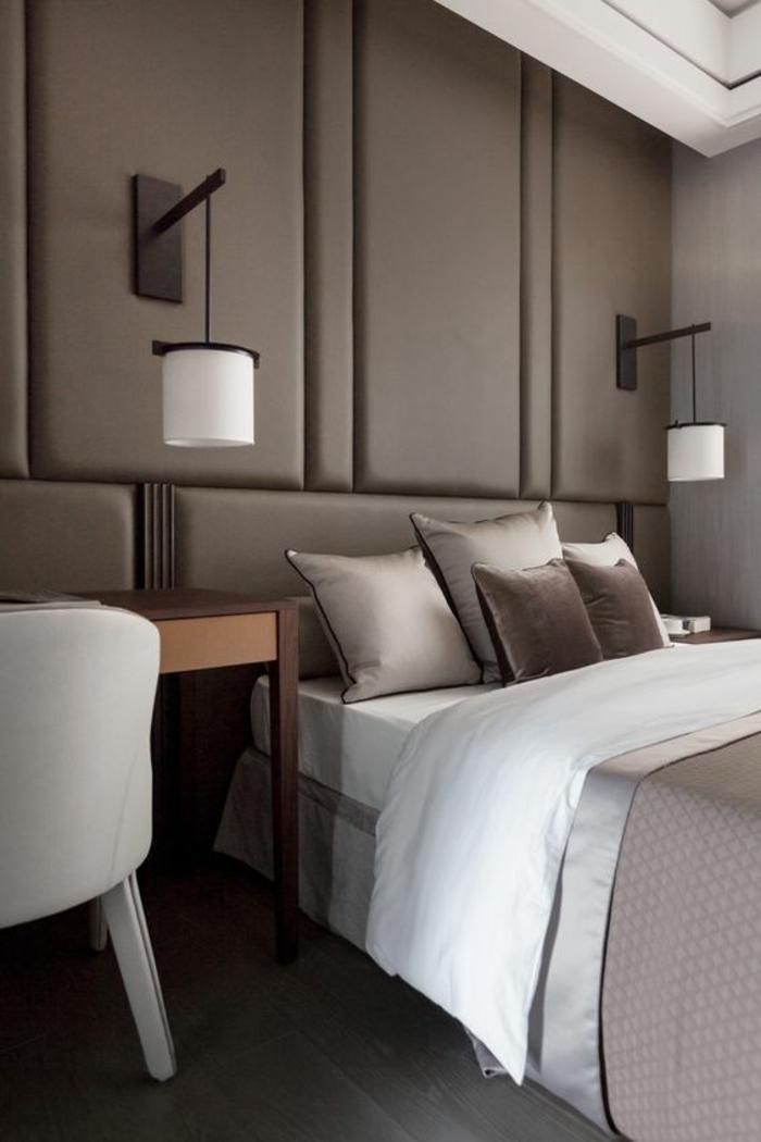 chambre complete adulte avec mur tapissé en couleur taupe et deux luminaires suspendus