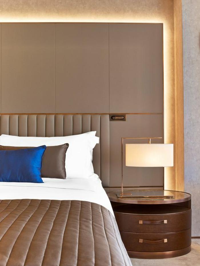 deco chambre adulte en couleur taupe avec lumière diffusée de derrière le dossier du lit