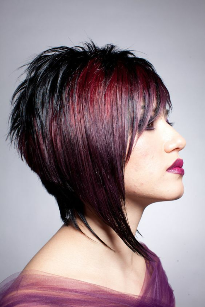 coiffure cheveux courts aux bouts effilés en couleur noir et bourgoundi