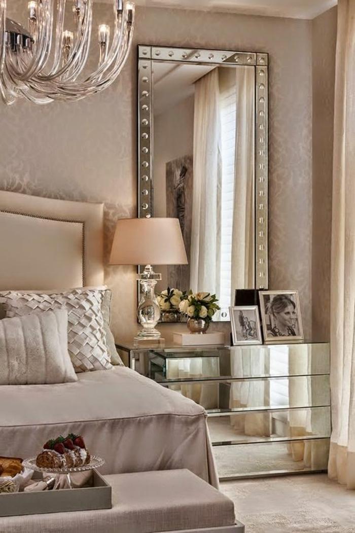 chambre complete adulte glam de luxe surfaces à miroirs coussins aux tissus irisés