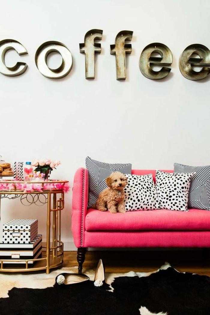 magenta salon glamour en fuchsia canape avec des coussins aux prints dalmatiens et aux motifs graphiques